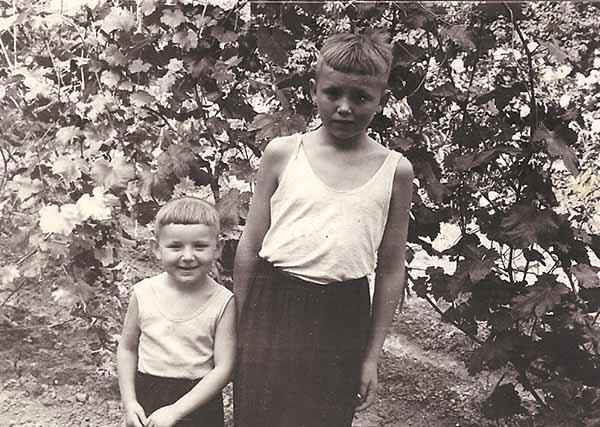 Алик и Толик. В саду своего дома. 1959 год.