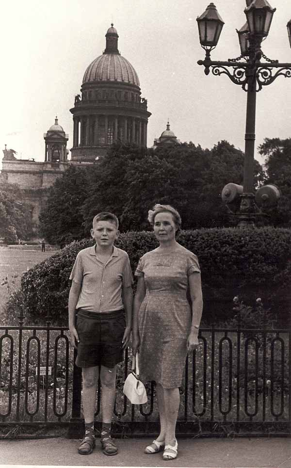 Толик с мамой. 1969 год.